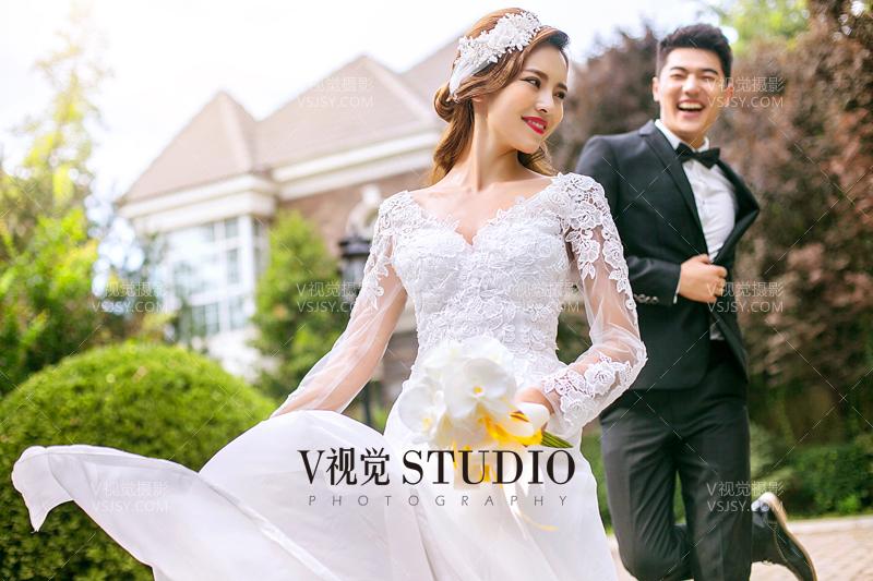 对于很多年轻的女孩子来说肯定是无数次想象过自己穿上美丽的婚纱跟自己深爱的人走在神圣的教堂,对于一个女人来说一生一定要穿一次洁白的婚纱照一张美美的婚纱照,这是很多女人的梦想,下面V视觉摄影小编就来为大家简单的介绍一下关于如何才能拍摄出时尚个性的街拍婚纱照,其在拍摄过程中有哪些技巧,希望对想了解这方面知识的朋友能起到一定的帮助作用。  随着时代的发展,人们对于婚纱的风格和审美也是在不断的变化的,这直接表现在婚纱的拍摄类型上,对于90后来说街拍婚纱照无疑是一种时尚个性化的拍摄风格,而街拍婚纱照最重要的就是选景,